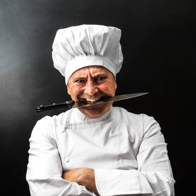 chef con il coltello tra i denti